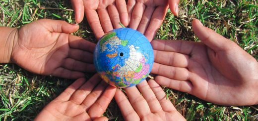 Erdball_Hände_globales_Lernen